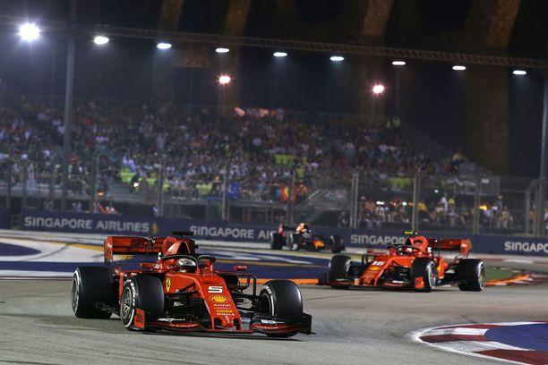 Sebastian Vettel pääsi varikkopysähdysten aikana tallikaverinsa Charles Leclercin edelle. Leclerc protestoi tiimiradiossa voimakkaasti päätöstä, joka riisti monacolaiselta voiton.
