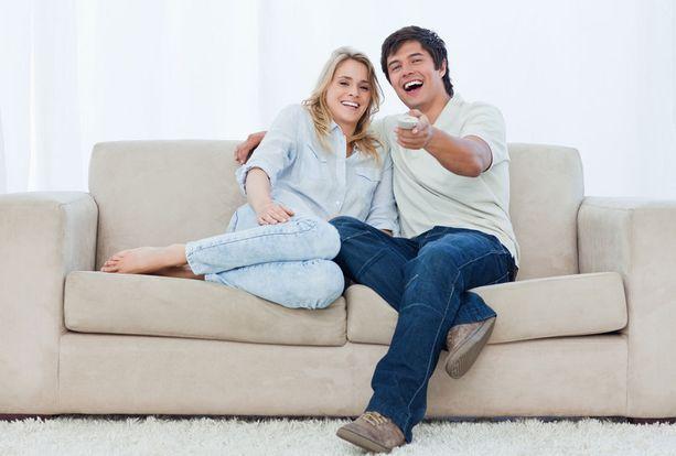 Hauskalle televisio-ohjelmalle nauraminen tekee hyvää aivoille.