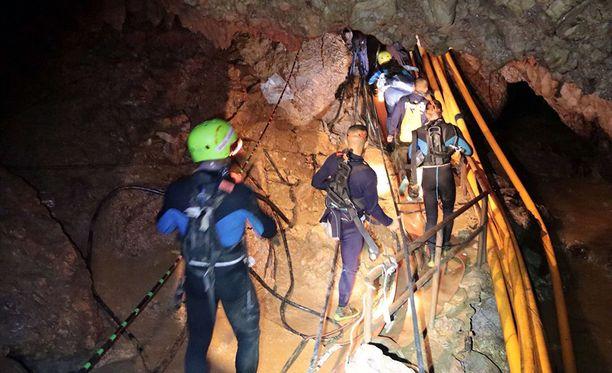 Pojat tuodaan luolasta neljässä ryhmässä.