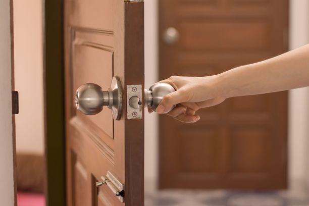 Saijaa odotti melkoinen yllätys rapun nimitaulussa ja ovikyltissä, kun hän saapui kaupungilta kotiin eräänä päivänä.