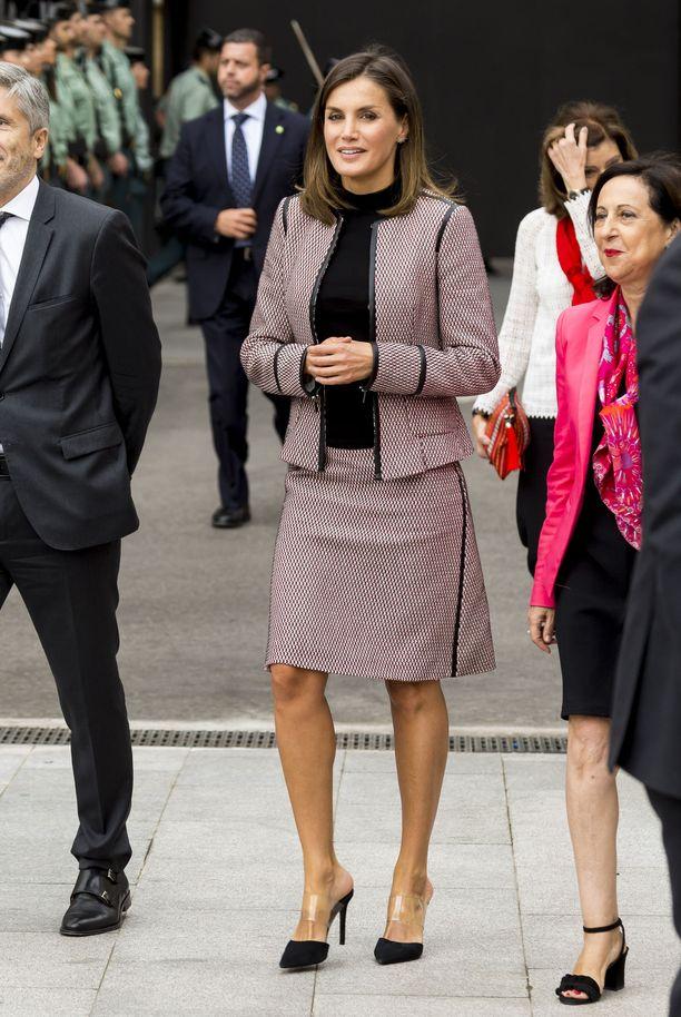 Hugo Boss lukeutunee Letizian suosikkeihin - kuningatar on nähty BOSS-brändin asussa lukuisia kertoja. BOSS-jakkupuvun Letizia yhdisti Steve Maddenin PVC-korkkareihin. Ei mikään tavallinen kuningatar!