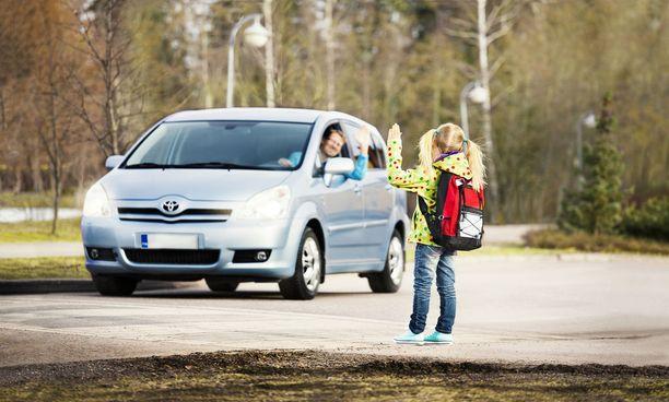 Autoilijat viittoilevat mielellään lapsille, että mene vain yli. Siinä piilee vaaransa.