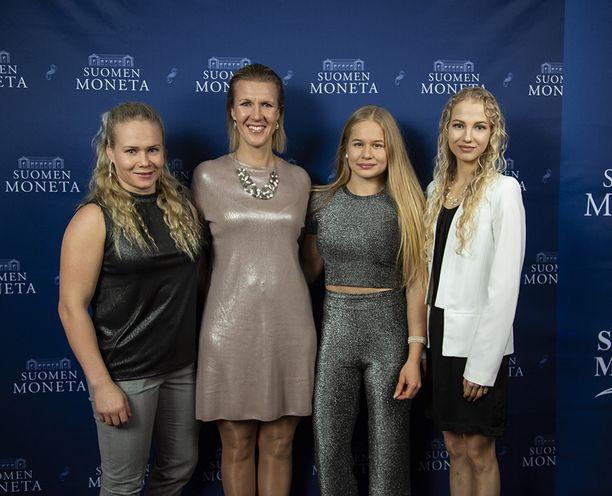 Painija Petra Olli, ex-purjehtija ja nykyinen kansanedustaja Sari Multala, seiväshyppääjä Saga Andersson ja jäätanssija Juulia Turkkila juhlatunnelmissa.