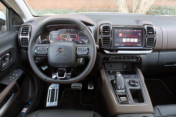 Peugeotin pientä rattia ja ratin yläpuolelta katseltavaa mittaristoa ei ole Citroëniin otettu.