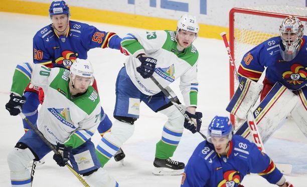 Salavat Julajevin Teemu Hartikainen (70) Joonas Kemppainen (23) olivat juonimassa 0-1-maalia Jokerien Viktor Löövin (50), Ryan Zapolskin ja Oliver Lauridsenin estelyistä huolimatta.