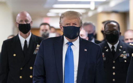 Donald Trump joutui taipumaan – käytti kasvomaskia ensimmäistä kertaa julkisesti
