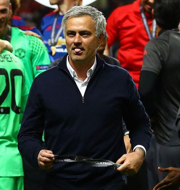 Mitalin käsiinsä saatuaan Mourinho näytti kieltään.