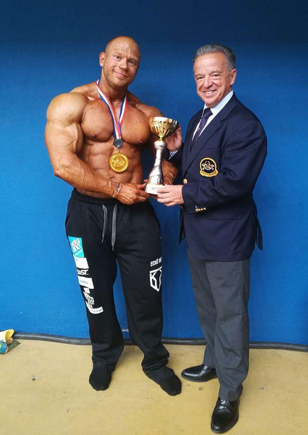 IFBB:n presidentti Rafael Santonga onnitteli Kille Kujalaa.