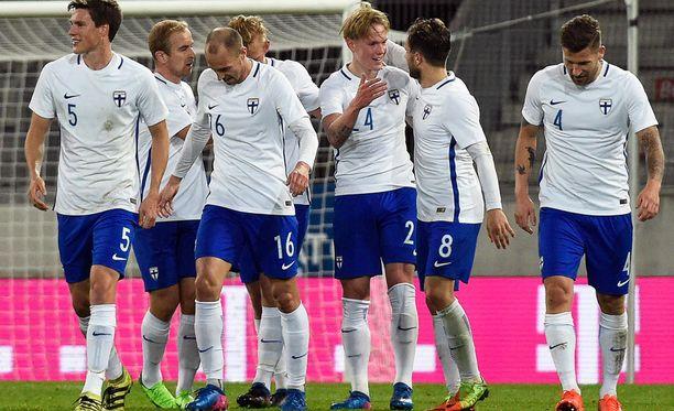 Fredrik Jensen (kolmas oikealta) on aloittanut räväkästi A-maajoukkueessa.
