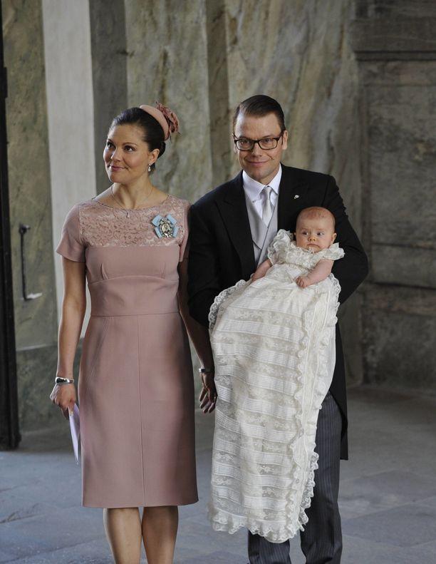 Kuvassa kruununprinsessa Victoria ja prinssi Daniel esikoisensa Estellen kanssa vuonna 2012.