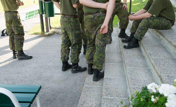 Kenraali toivoo Aamulehdessä, että puolustusvoimat ottaa etenkin it-osaajia palvelukseen, vaikka heidän kuntonsa ei olisikaan tiptop-luokkaa. Kuvituskuva.