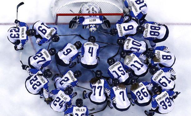 Naisten jääkiekkomaajoukkueen menestys keskiviikon pronssiottelussa on elintärkeää Olympiakomitean kuuden mitalin laskelman kannalta.