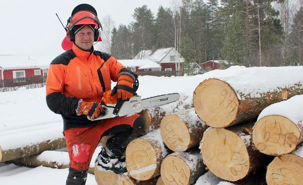 Vesa Liikala työskentelee nykyään metsurina.