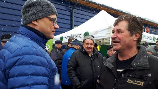 Puutavara-autoilija Aulis Siurua kertoi Juha Sipilälle terveiset kentältä. Kilpailu on kovaa.