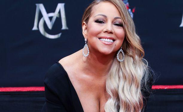 Mariah Carey ikuisti kädenjälkensä Hollywoodin sementtiin.
