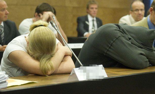 TEKIJÄT. Jutun päätekijät peittivät päänsä oikeudessa. Nainen purskahti itkuun, kun syyttäjä kovisteli häntä lausuntojen ristiriitaisuuksista.