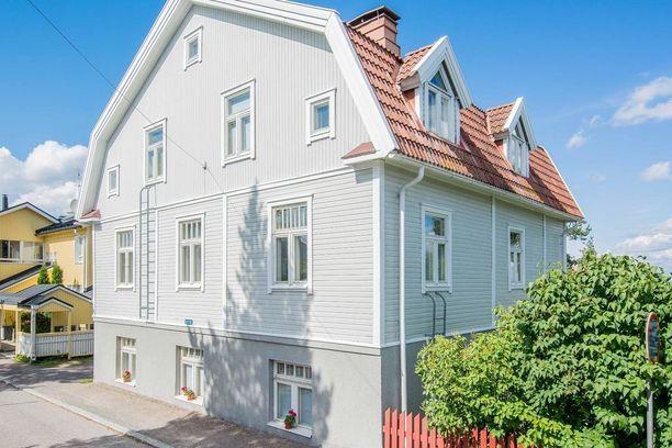 Tämä puutalo valmistui Tampereen Pispalanharjulle vuonna 1934. Siinä on kaupan kerrostalohuoneisto.
