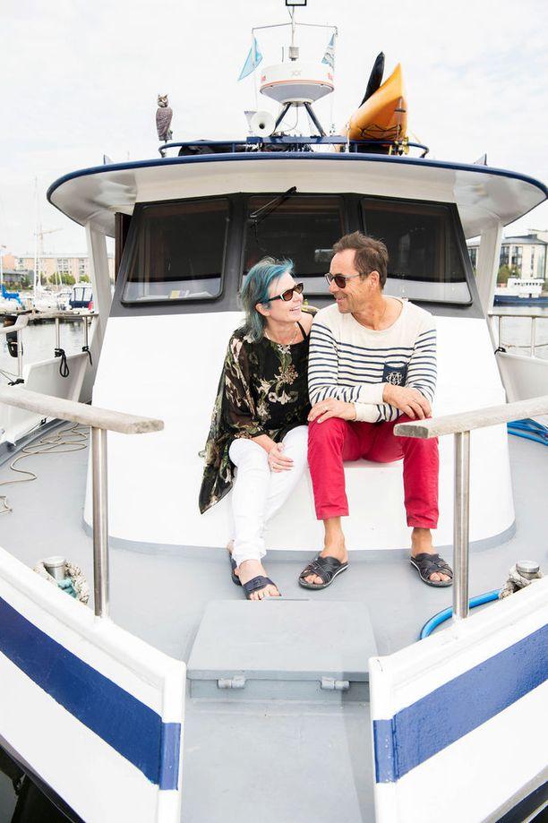 Mervi ja Christian Wennerstrand lähtevät Bohemia-laivallaan Helsingistä maailman merille.