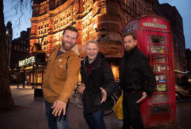 Pasi Remsu (vas), Juha Pihanen ja Mika Eirtovaara työstävät Lapland-komediaansa Lontoon teatterilavalle.