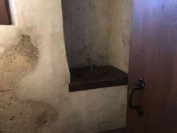 Historiallinen huussi Purtsen linnassa. Ei vieraiden käyttöön.