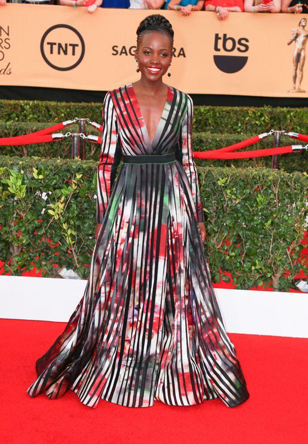 Lupita Nyong'o sädehti värikkäässä puvussa.