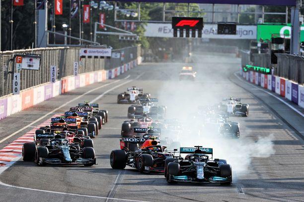 Lewis Hamilton ymmärtää tehneensä virheen, kun auto ei käännykään ykkösmutkaan.