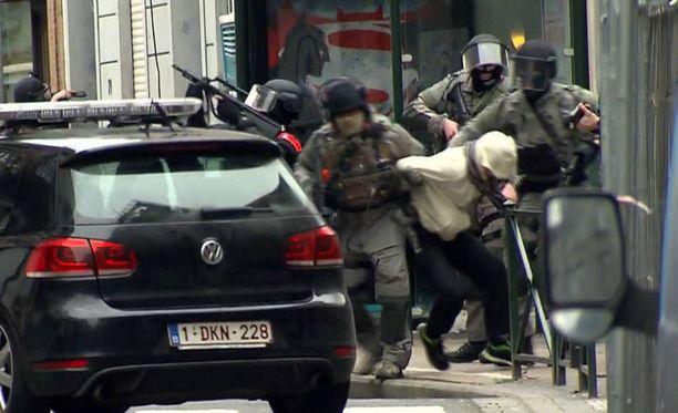 Polisiin erikoisjoukot nappasivat Salah Abdeslamin perjantaina Molembeekin kaupunginosassa Brysselissä.