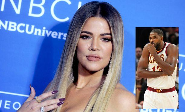 Tristan Thompson joutui keskiviikkona pelaamaan tyttöystäväänsä Khloé Kardashiania tukevien kylttien edessäs.