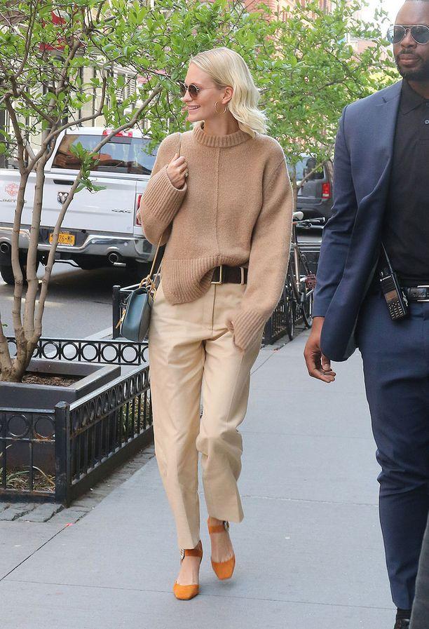 Poppy Delevingnen rento city-look: beige neule, khakit ja ihanat asusteet. Rakastamme erityisesti somia mokkanahkakenkiä.