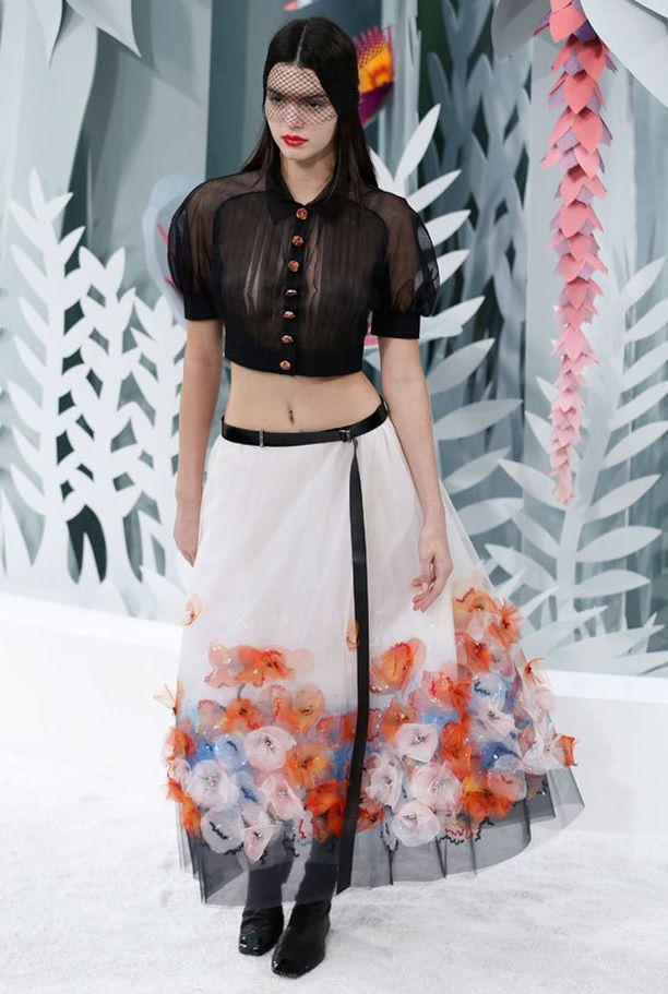 Kendall Jenner esitteli Pariisin muotiviikoilla Chanelin haute couture -mallistoa.