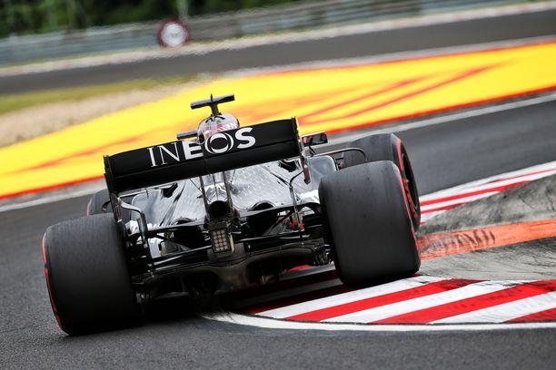 Lewis Hamilton tykitti avaustreenien parhaan kierroksen kovilla renkailla.