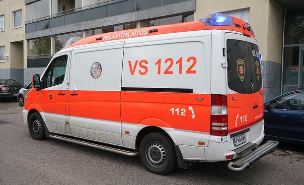 Nuoret hälyttivät ambulanssin sairauskohtauksen saaneelle kaverilleen. Kuvituskuva.