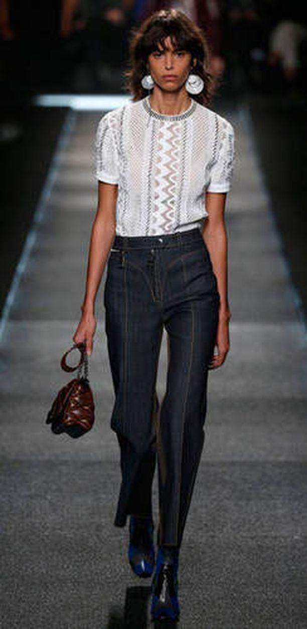 Louis Vuittonin kevätmalliston farkuissa on asialliset prässit.