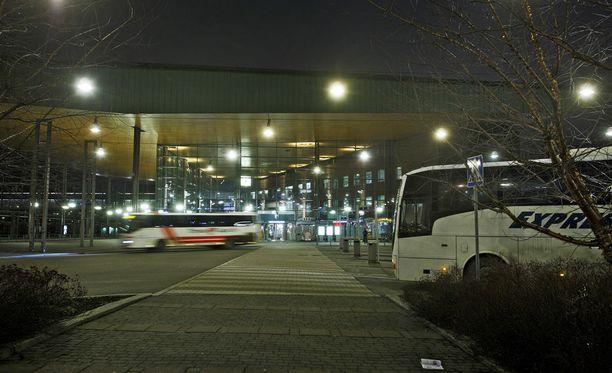Piinaava linja-automatka alkoi Jyväskylä matkakeskuksesta. Nuori nainen oli matkalla Joensuuhun, opiskelukaupunkiinsa. Kuvituskuva.
