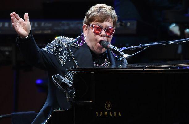 Muun muassa Your Song -ja Candle in the Wind -hiteistään tuttu Elton John saa ystäviltään erikoisia lahjoja.