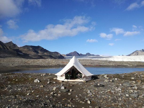 Leiri Huippuvuorilla. Kotimaan seikkailunkin aikana hänen on määrä telttailla.