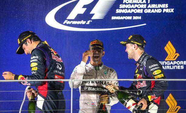 Lewis Hamilton jakoi palkintokorokkeen Daniel Ricciardon ja Sebastian Vettelin kanssa.