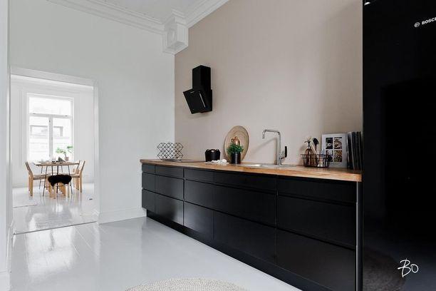 Voimakkaat kontrastit ovat tämän keittiön juju.