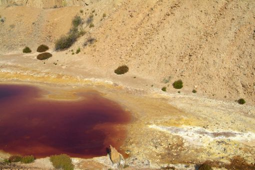 Veden punainen väri johtuu raudasta ja kemikaaleista.
