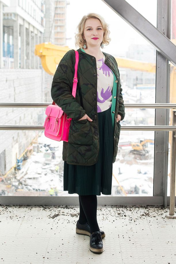 Suomi-design ja värit ovat olennainen osa Lauran tyyliä. R/H:n paita, The Cambridge Satchel Companyn laukku ja Mori Collectiven korvakorut kruunaavat asun.