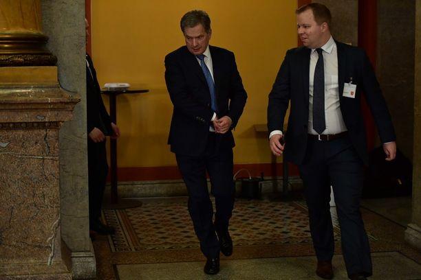 Niinistö siirtyi useita kertoja eri paikkaan vaali-illan aikana. Etenkin Säätytalon ja Vanhan ylioppilastalon väliä hän ravasi ahkerasti.