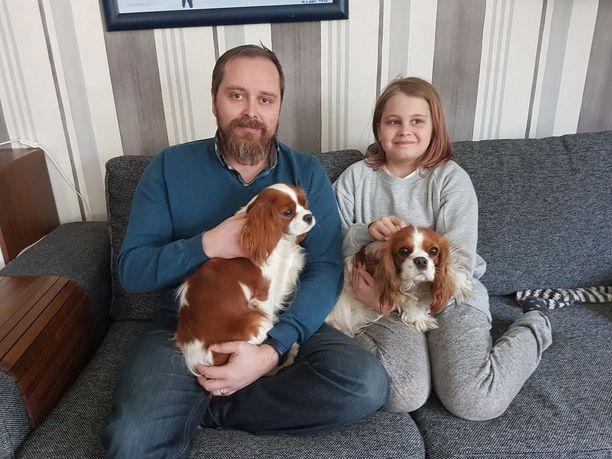 Jarmo Keränen on ylpeä tyttärestään Anni Keräsestä, joka pelasti perheen kaksi koiraa savuavasta asunnosta.