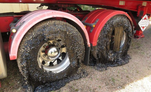 Bitumi vaurioitti tämän kuorma-auton renkaita ja puskureita.