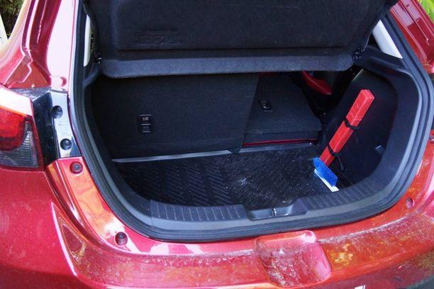 Tavaratila vastaa auton kokoluokkaa toimien arjessa, muttei ole suunnattu lapsiperheille.