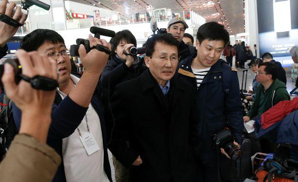 Choe Kang-il kuvattuna Pekingin lehtokentällä matkalla Helsingin-koneeseen.