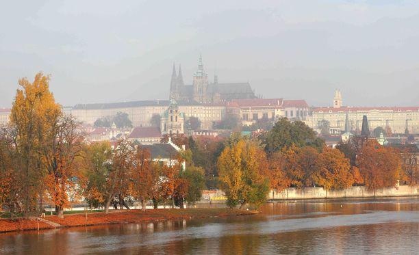 Prahan ylle kohoava linna on kaupungin tunnetuimpia nähtävyyksiä.