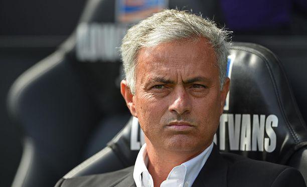 Yleensä puku päällä kentän laidalla nähty ManU:n manageri Jose Mourinho pelasi hyväntekeväisyysottelussa lauantaina Lontoossa.