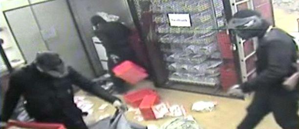 Videolta näkyy kuinka varkaat tunkeutuivat sisälle arvokuljetuskeskukseen ja tyhjensivät rahakaappeja hetkenkään epäröimättä.