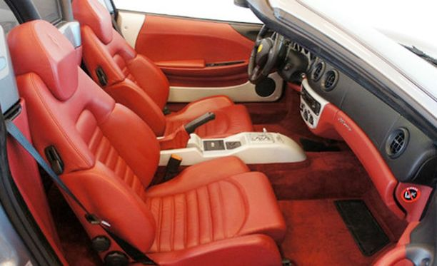 Sisustus on Ferrarin-punaista nahkaa.