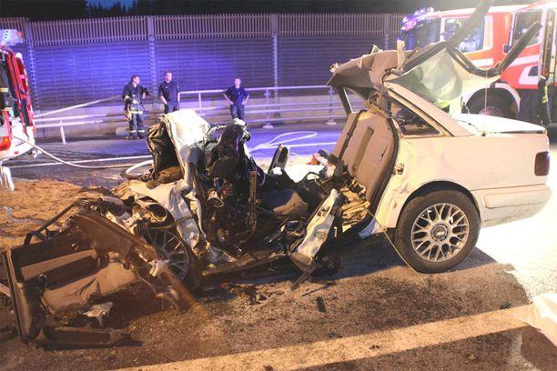 Virolaismiesten Audi romuttui lähes täysin rajussa törmäyksessä.